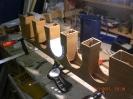 Die Holzteile sind verleimt. Nun werden die Bögen zunächst mit Papier verkleidet.